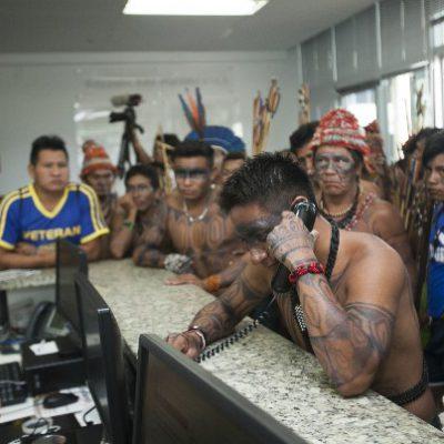 BRASILIA - DF, 11 de dezembro de 2015. Reunião do povo Munduruku e outras lideranças indígineas com o presidente da FUNAI João Pedro da Costa. As lideranças entraram no prédio e exigiram serem atendidos pelo presidente que cancelou atividados para recebe-los.  (FOTOS: Julia Moraes / Greenpeace)