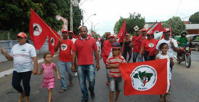 No município de Bom Jesus de Lapa, os trabalhadores saíram em marcha pelo centro da cidade até a sede local da Codevasf / MST/ Divulgação