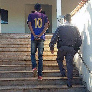 Foto da Polícia Militar do momento em que jovem é levada à delegacia em Pedregulho (SP) / Reprodução