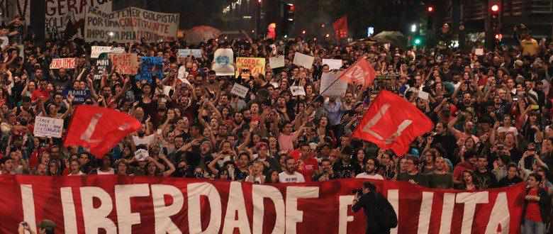Alguns jovens foram presos antes de participarem do ato que reuniu 100 mil pessoas na Avenida Paulista/ ROBERTO PARIZOTTI/CUT