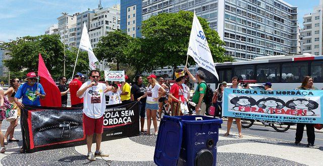 Lançamento da Frente Estadual Escola sem Mordaça, na Praia de Copacabana, neste sábado (Foto: Coletivo CPII Diverso e Democrático)