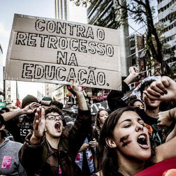 Articulação CWB Contra Temer mobilizou a ação via redes sociais e, durante a manifestação, diferentes movimentos, grêmios estudantis e organizações estiveram à frente da animação da marcha (Foto: Leandro Taques/Brasil de Fato)