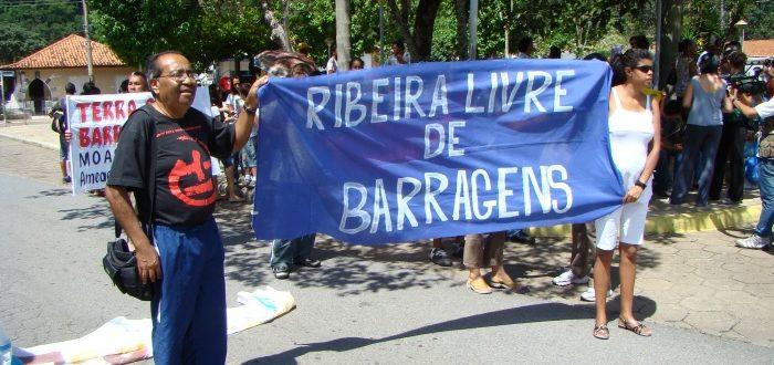 Manifestação em Adrianópolis, em 2009, pedia o Ribeira livre de barragens. Irmão Ivo Fiuza dos Santos, da Eaacone, que faleceu em 2016, vinha à frente empunhando a faixa (Foto: Claudio Tavares/ISA)