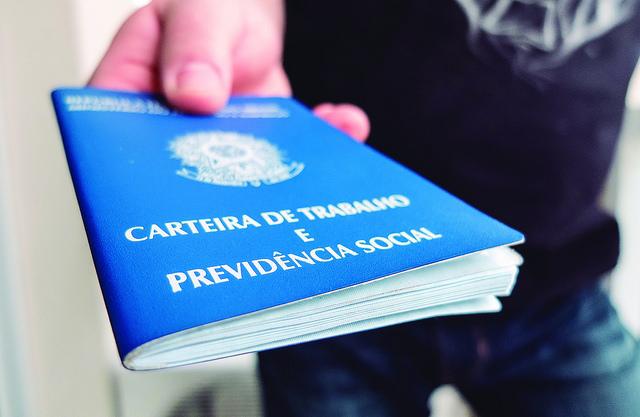 Conquistas sociais já asseguradas desaparecem dos contratos de trabalho (Foto: Rafael Neddemeyer/Fotos Públicas)