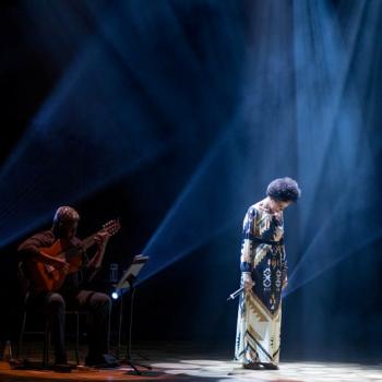 A cantora Teresa Cristina ao final de uma de suas apresentações (Foto: Theodora Duvivier)