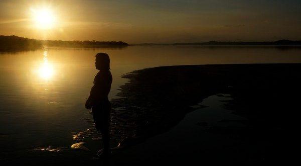 Índio do povo Munduruku observa o rio Tapajós