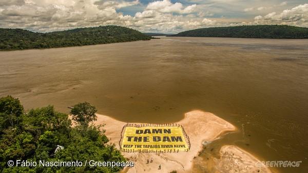 """Protesto dos Munduruku para o mundo inteiro às margens do rio Tapajós. A frase, um trocadilho em inglês, significa """"dane-se a barragem"""" em português"""