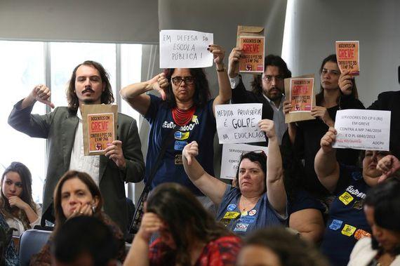 Manifestantes em audiência pública da Comissão Mista sobre a MP 746/16 (Foto:  Marcelo Camargo/Agência Brasil)