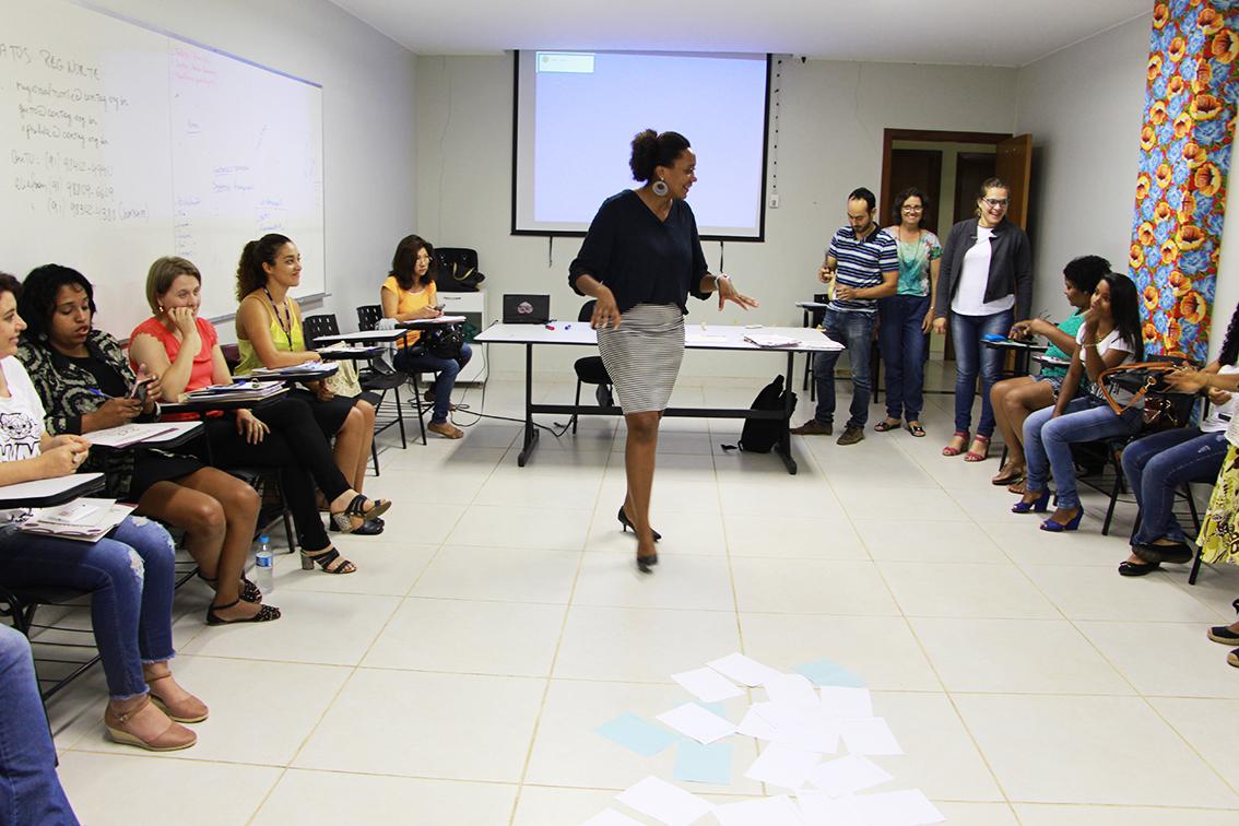 Iara Andrade, diretora da Sec. de Mulheres da Unicafes Nacional coordenando as atividades (Foto: Reprodução/Unicafes)