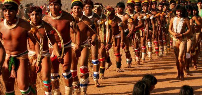 XINGU 7 MATO GROSSO 22.07.2007 OE CADERNO 2 VARIEDADES 09h03 Aldeia Kwikuro no Parque Nacional do Xingu recebe visita de equipe de jornalistas da Tv Cultura e outros veículos convidados para apresentar aos indigenas documentário feito pelo jornalista Washington Novaes e assistir a videos produzidos pelos próprios índios. Os indigenas fizeram diversas apresentações de dança para os visitantes. Na foto apresentação da dança do papagaio. FOTO TIAGO QUEIROZ/AE