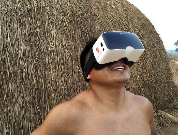 Apaiyupe Waurá com o óculos da realidade virtual durante as filmagens na aldeia (Foto: Tadeu Jungle)