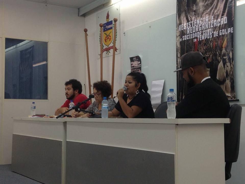 Na mesa, da esquerda para a direita, Vítor, Eleutéria, Kerexu e Douglas (Fotos: Maíra Vannuchi)