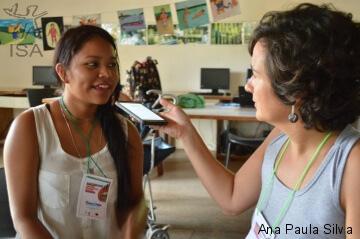 Cleiciane Teixeira, da etnia Baré, moradora de Cucuí, na TI Marabitanas Cué-Cué, durante treino de práticas de reportagem com a jornalista do Programa Rio Negro, do ISA, Juliana Radler