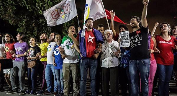 Manifestação contra a prisão de Lula no Aeroporto de Congonhas (Foto: Mídia Ninja)