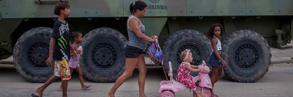Intervenção militar: 10 meses depois, medida segue sem solução para a segurança no RJ Foto: Mauro Pimentel/ AFP