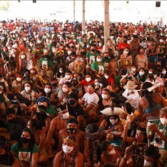 Indígenas acompanham voto do ministro Edson Fachin, do STF, sobre marco temporal para demarcação de terras — Foto: Duda Dusi